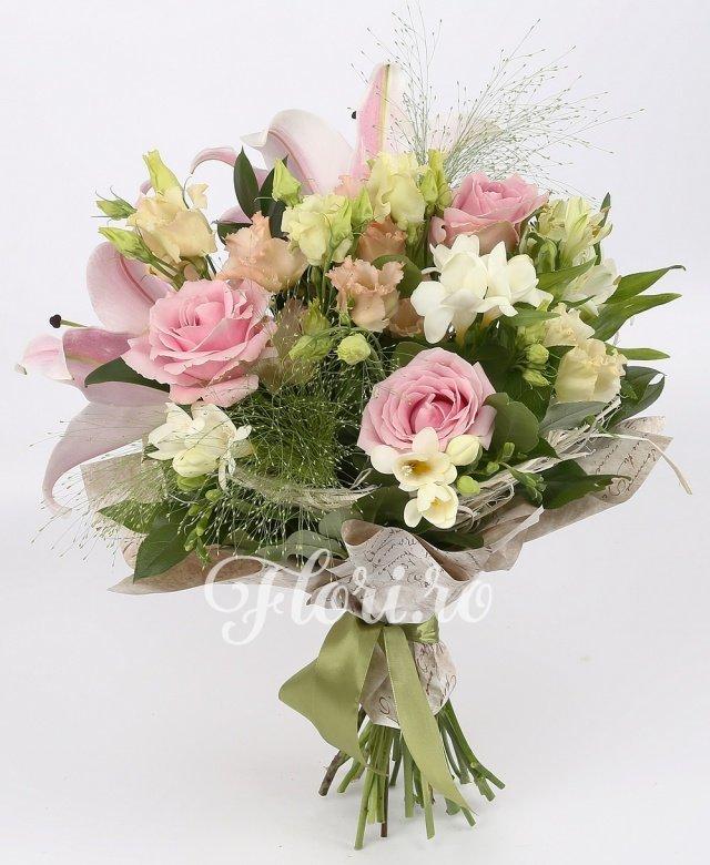 1 crin roz, 3 trandafiri roz, 3 alstroemeria albă, 3 lisianthus roz, 5 frezii albe, verdeață