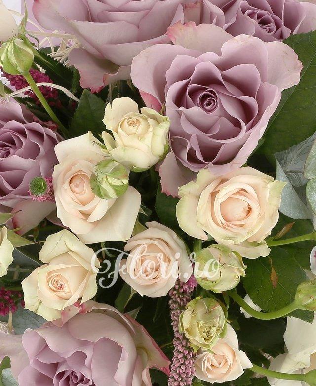 5 trandafiri mov, 5 miniroze crem, 3 gerbera crem, 3 cupe orhidee cymbidium alb, 5 veronica roz, 20 fire levantica, 5 eucalypt, cuib
