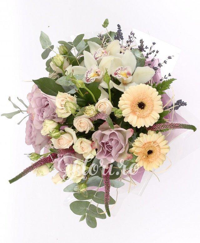 5 trandafiri mov, 5 miniroze crem, 3 gerbera crem, 3 orhidee albe, 5 veronica roz, verdeață