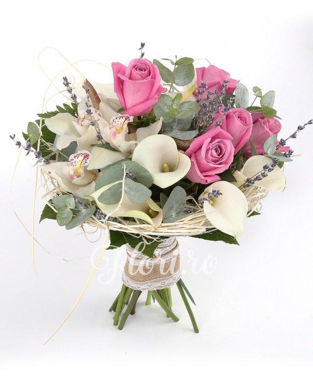 5 trandafiri roz, 7 cale albe, 3 anthurium alb, 3 orhidee albe, verdeață