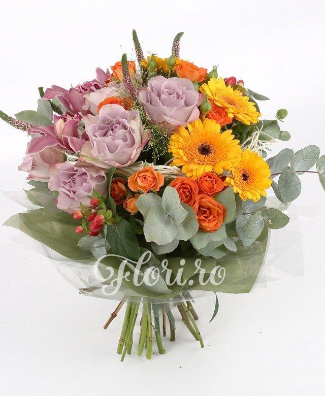 5 trandafiri mov, 3 orhidee roz, 5 gerbera galbenă, 5 miniroze portocalii, verdeață