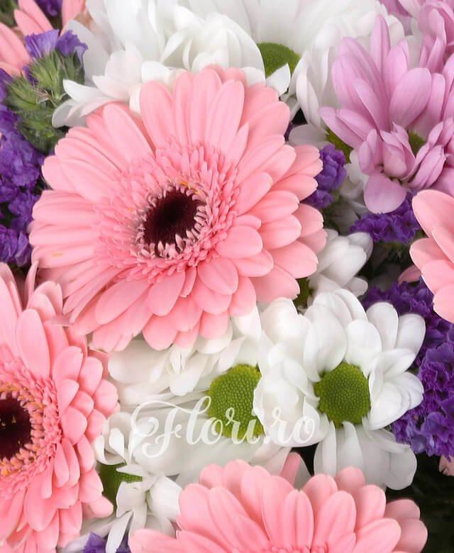 7 gerbera roz, 3 crizanteme albe, 3 crizanteme roz, limonium, verdeață