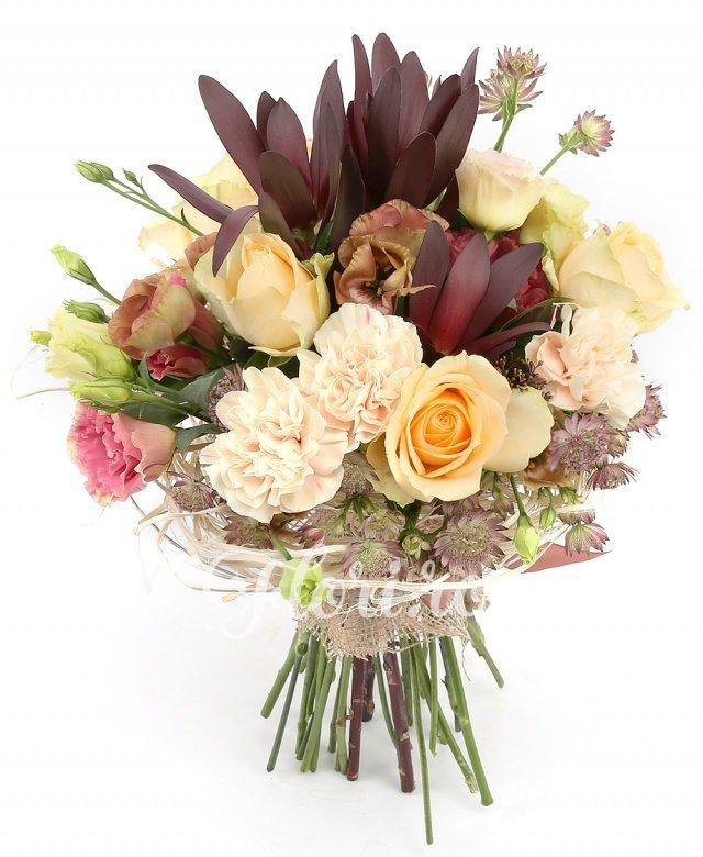 5 trandafiri ivoir, 5 garoafe crem, 3 lisianthus maro, 2 lisianthus roz, 2 astranția roșie, 3 leucadendron, verdeață