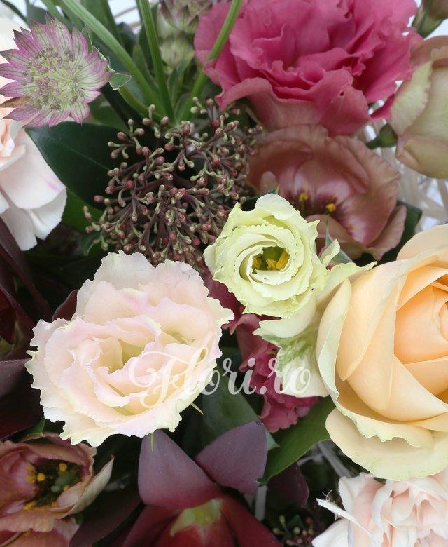 5 trandafiri banan, 5 garoafe crem, 3 lisianthus maro, 2 lisianthus roz, 2 astrantia rosie, 3 leucadendron, 2 schimia, cuib