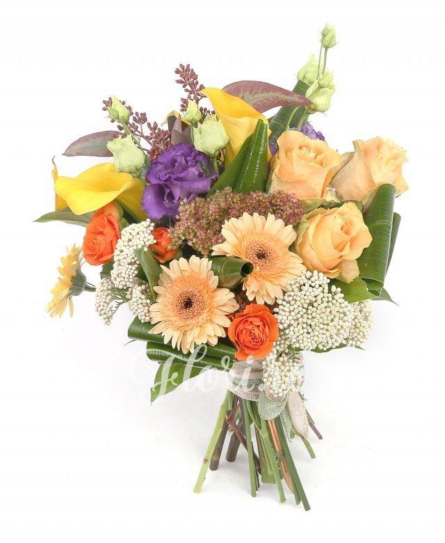 3 trandafiri portocalii, 2 miniroze portocalii, 4 cale galbene, 1 lisianthus mov, 2 gerbera banan, 2 floare orez, verdeață