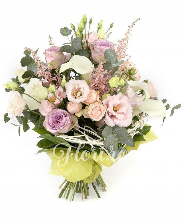 5 cale albe, 3 trandafiri mov, 3 miniroze roz, 3 lisianthus roz, 5 astilbe roz, verdeață