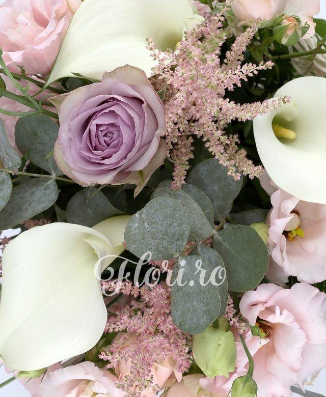 5 cale albe, 3 trandafiri mov, 3 miniroze roz, 3 lisianthus roz, 5 astilbe roz, 2 eucalypt, 5 salal, cuib