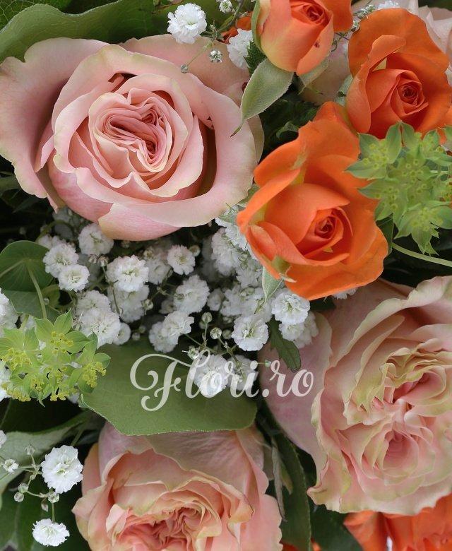 7 trandafiri banan, 10 lalele portocalii, 5 miniroze portocalii, 1 fir gipsophylla, 1 bupleurum, 5 salal, 5 aspidistra, 3 hypericum rosu