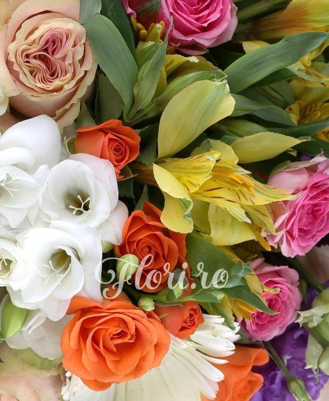 5 miniroze portocalii, 5 trandafiri crem, 5 garoafe crem cappuccino, 3 alstroemeria rosii, 3 alstroemeria galbene, 2 fire floare orez, 5 gerbera alba, 2 lisianthus mov, 5 frezii albe, 5 salal