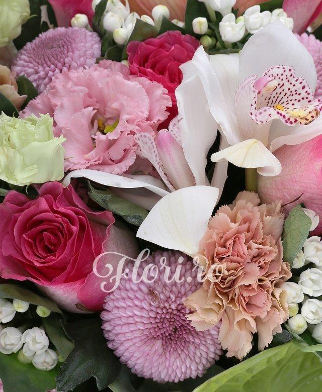 5 trandafiri ciclam, 5 crizanteme mov, 2 anthurium verde, 5 garoafe cappucino, 3 lisianthus roz, 5 cupe orhidee cappucino, 2 cupe orhidee albe, 5 bouvardia alba, 3 eucalypt, 5 salal