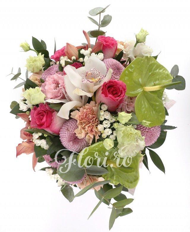 5 trandafiri ciclam, 5 crizanteme mov, 2 anthurium verde, 5 garoafe, 3 lisianthus roz, 5 cupe orhidee, 2 cupe orhidee albe, 5 bouvardia alba, verdeață