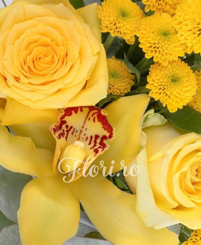 2 trandafiri galbeni, 2 santini galbeni, 3 cupe orhidee galbene, 2 eucalypt, 5 salal
