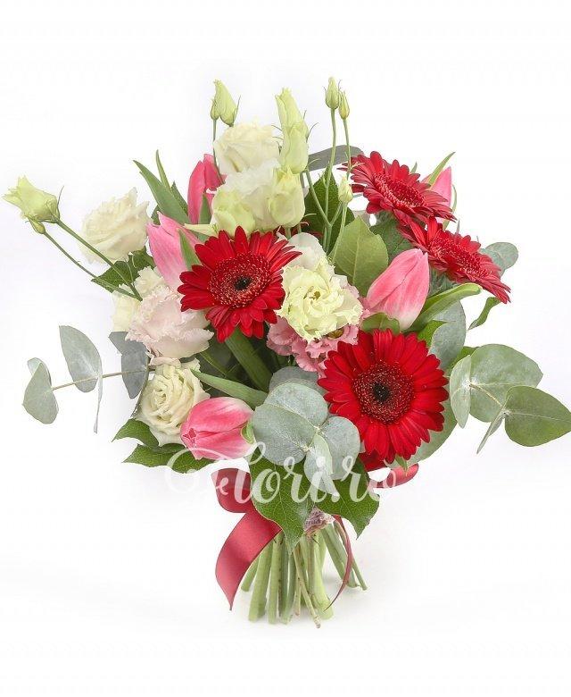 5 gerbera roșii, 7 lalele roșii, 2 lisianthus roz, verdeață