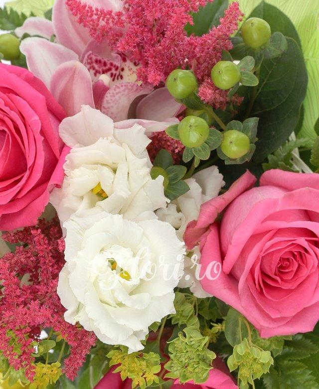3 trandafiri ciclam, 2 lisianthus alb, 3 astilbe rosii, 3 hypericum verde, 3 gerbera galbene, 3 cupe orhidee roz, 2 bupleurum, 2 eucalypt, 5 salal