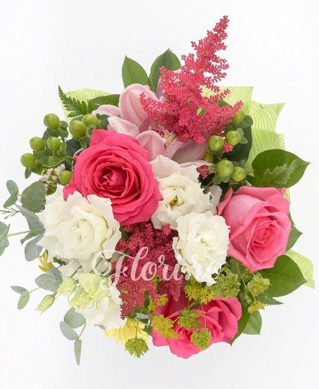 3 trandafiri, 2 lisianthus alb, 3 astilbe roșii, 3 hypericum verde, 3 gerbera galbene, 3 cupe orhidee roz, 2 bupleurum, verdeață