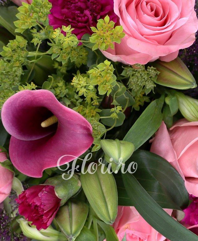 9 trandafiri roz, 9 cale grena, 10 garoafe mov, 5 bupleurum, 3 crini asiatic grena, 5 trahelium mov, 5 alstroemeria alba, 10 salal
