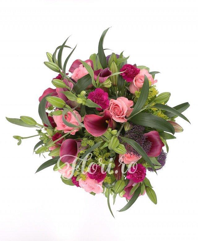 9 trandafiri roz, 9 cale grena, 10 garoafe mov, 5 bupleurum, 3 crini grena, 5 trachelium mov, 5 alstroemeria alba, verdeață