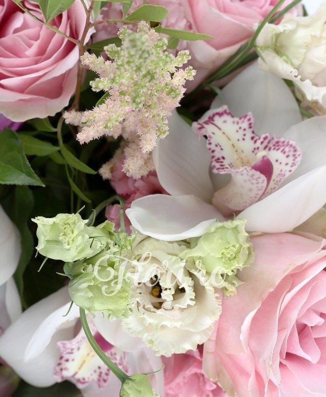 3 trandafiri sweet avalanche, 4 cupe orhidee cymbidium albe, 2 trandafiri mov, 2 lisianthus roz, 5 astilbe roz, 5 frezii mov, 2 eucalypt, 5 salal, 2 feriga