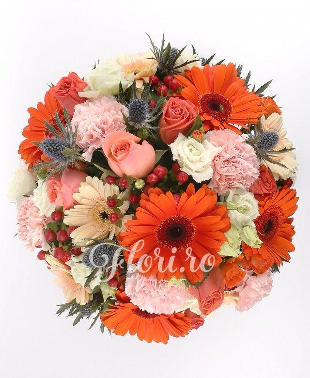 5 gerbera portocalii, 5 gerbera crem, 5 garoafe roz, 3 lisianthus alb, 7 trandafiri portocalii, 3 eryngium, 3 hypericum roșu, 3 miniroze portocalii