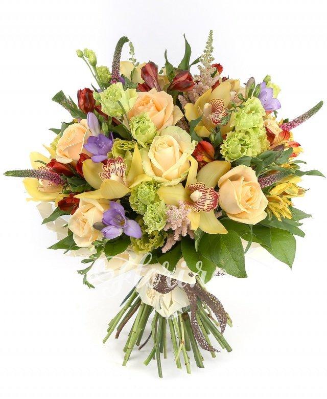 10 trandafiri, 5 veronica roz, 6 cupe orhidee galbene, 3 astilbe roz, 8 frezii mov, 6 lisianthus verde, 3 alstroemeria galbene, 5 alstroemeria roșii, verdeață