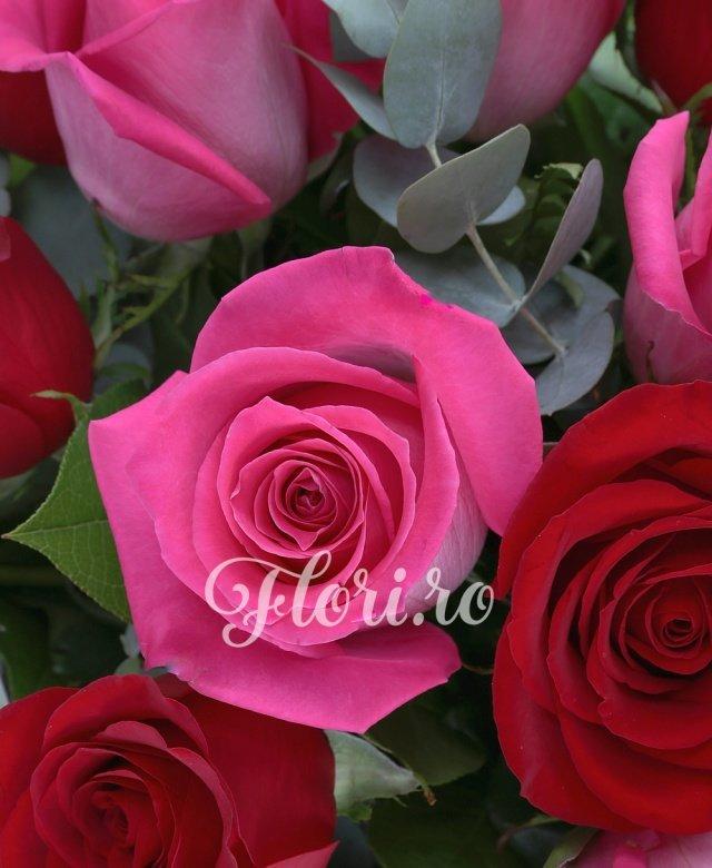 13 trandafiri rosii, 12 trandafiri roz, 5 salal, 5 eucalypt
