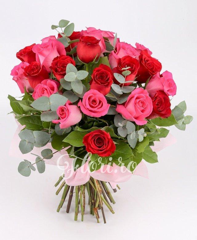 13 trandafiri roșii, 12 trandafiri roz, verdeață