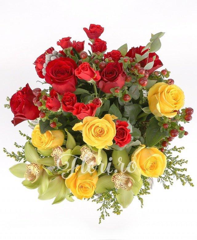 cupe orhidee verzi,  trandafiri galbeni,  solidago,  miniroze roșii,  trandafiri roșii,  burinia, verdeață