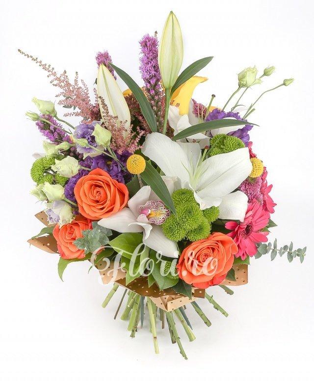 1 crin alb, 3 liatris mov, 3 astilbe roz, 3 sedum, 3 trandafiri portocalii, 5 cale galbene, 3 gerbera roz, 3 santini verde, 2 santini roz, 3 craspedia, 3 lisianthus mov, verdeață