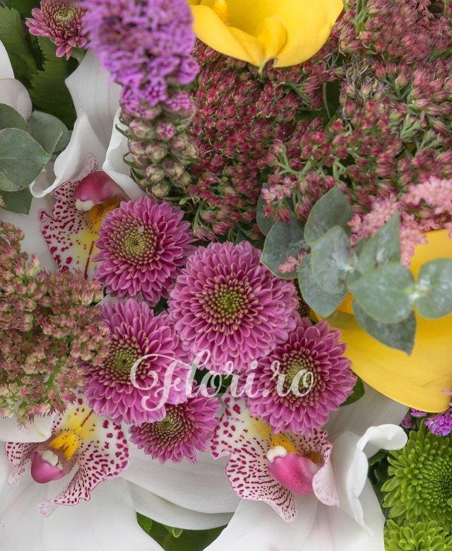 1 crin alb, 3 liatris mov, 3 astilbe roz, 3 sedum, 3 trandafiri portocalii, 5 cale galbene, 3 gerbara roz, 3 santini verde, 2 santini roz, 3 craspedia, 3 lisianthus mov, 5 eucalypt, 2 aralia, 10 salal