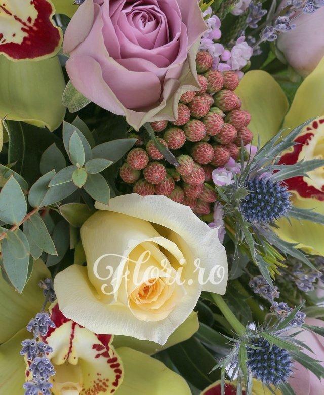 5 cupe orhidee verzi, 3 trandafiri galbeni, 5 trandafiri mov, 2 eryngium, 2 brunia rosie, sfert legatura lavanda, 3 schimia, 1 eucalypt, 5 salal, vas ceramic patrat