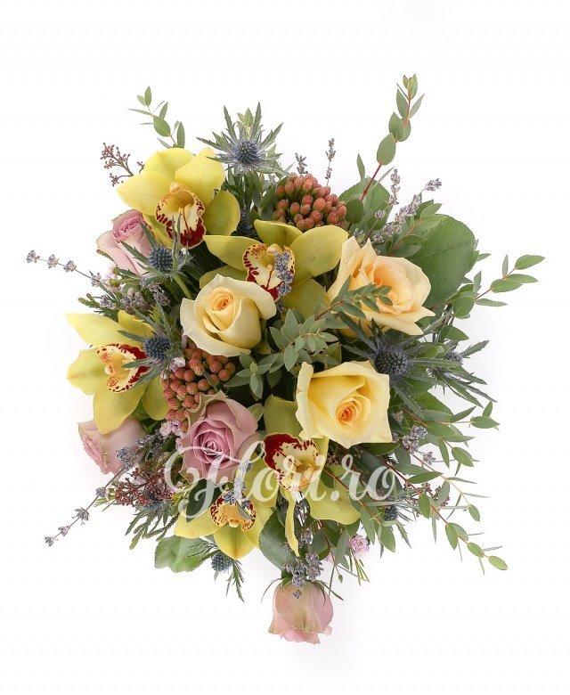 5 cupe orhidee verzi, 3 trandafiri galbeni, 5 trandafiri mov, 2 eryngium, 2 brunia roșie, verdeață
