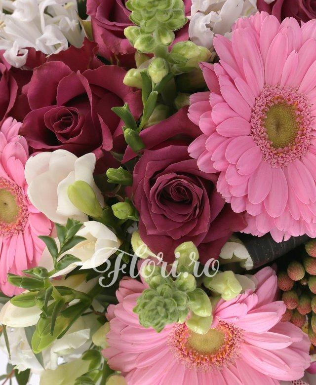 7 trandafiri grena, 5 gerbera roz, 3 brunia rosie, 10 frezii albe, 5 cupe orhidee albe, 5 black tide, 2 eucalypt, 5 salal, cuib