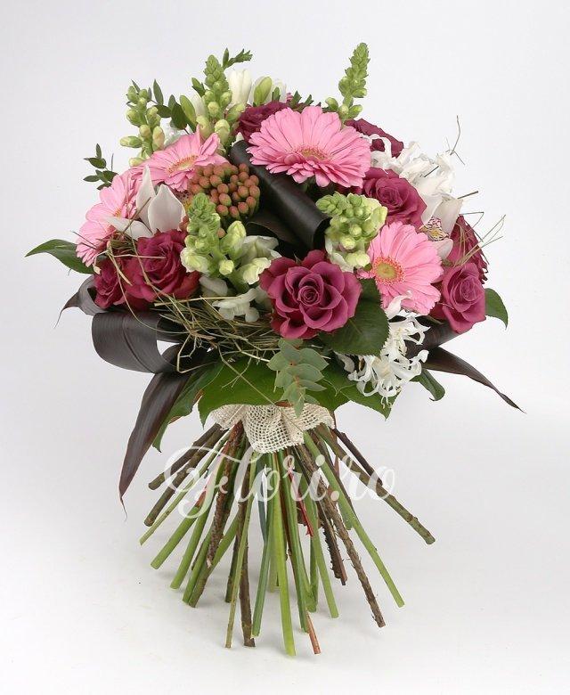 7 trandafiri grena, 5 gerbera roz, 3 brunia roșie, 10 frezii albe, 5 cupe orhidee albe, verdeață
