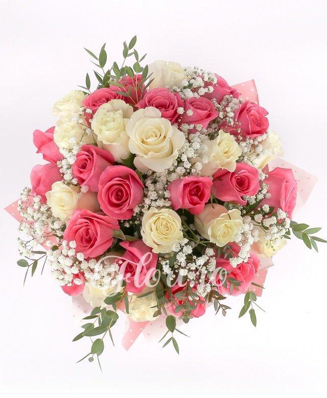 13 trandafiri albi, 18 trandafiri roz, verdeață