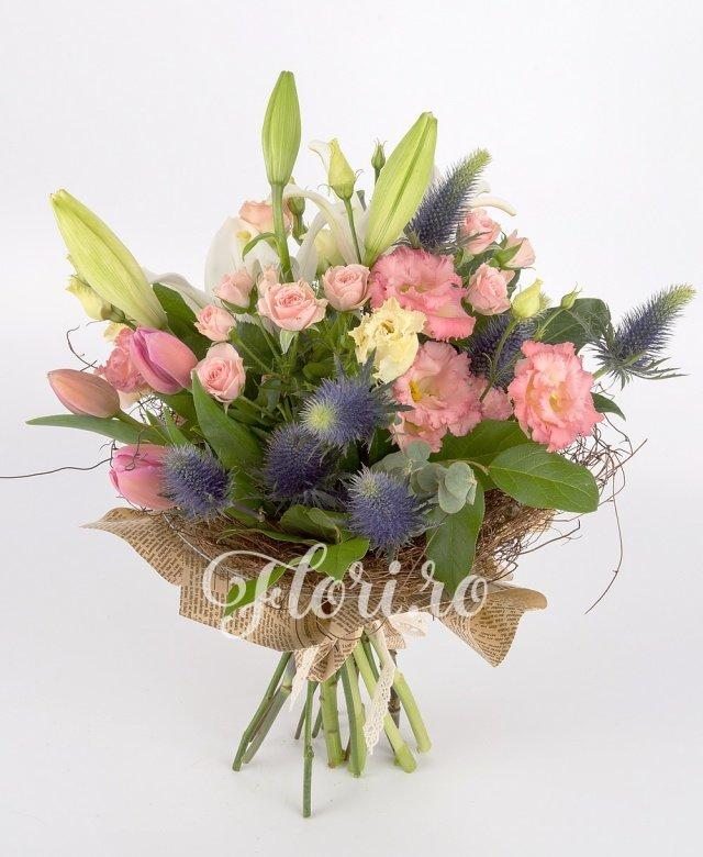 1 crin alb, 5 lalele roz, 2 eryngium, 3 lisianthus roz, 3 miniroze roz, 5 salal, 2 eucalypt, 1 aralia, cuib