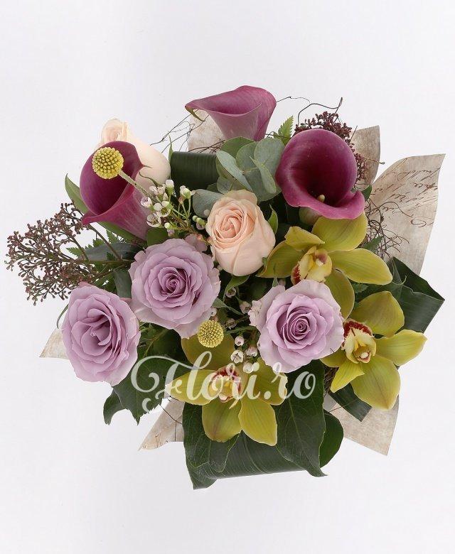 3 trandafiri mov, 2 trandafiri crem, 3 cale roșii, 3 orhidee cymbidium, waxflower alb, verdeață