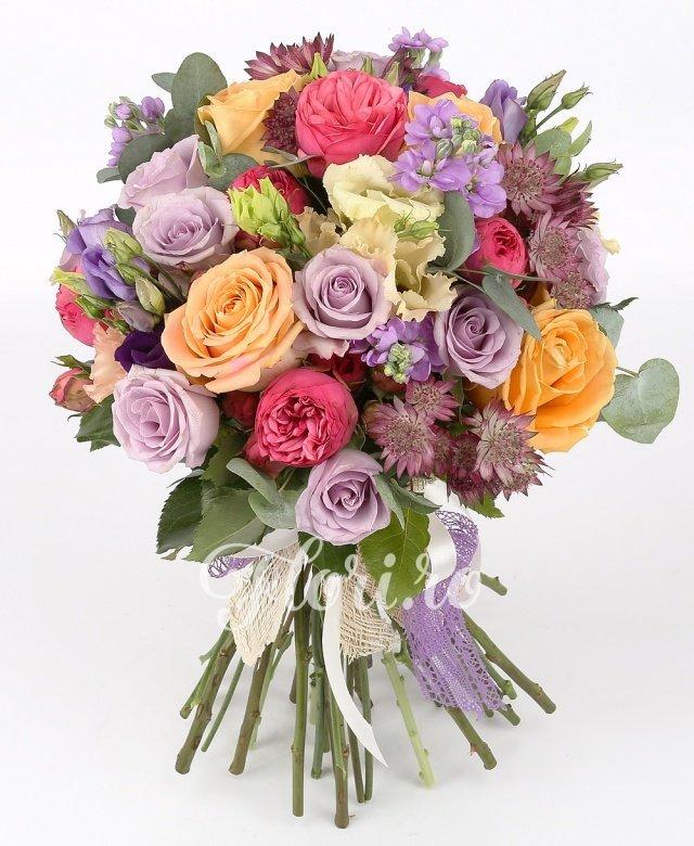 7 trandafiri roz, 5 matthiola mov, 10 trandafiri mov, 4 trandafiri portocalii, 5 lisianthus mov, 3 lisianthus roz, 5 astranția roșie, verdeață
