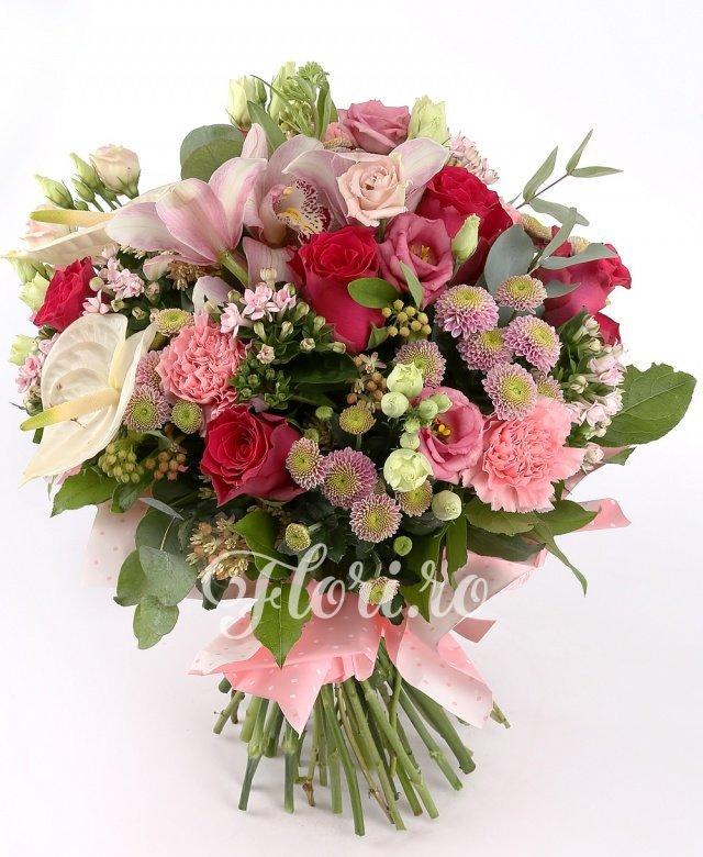 7 trandafiri ciclam, 6 garoafe roz, 5 bouvardia roz, 3 orhidee roz, 2 anthurium alb, 5 lisianthus roz, 5 santini mov, verdeață