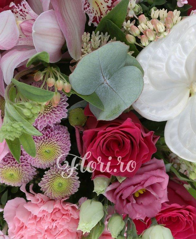 7 trandafiri ciclam, 6 garoafe roz, 5 bouvardia roz, 3 cupe orhidee roz, 2 anthurium alb, 5 lisianthus roz, 5 santini mov, 2 sedum, 5 asclepias alba, 10 salal, 5 eucalypt