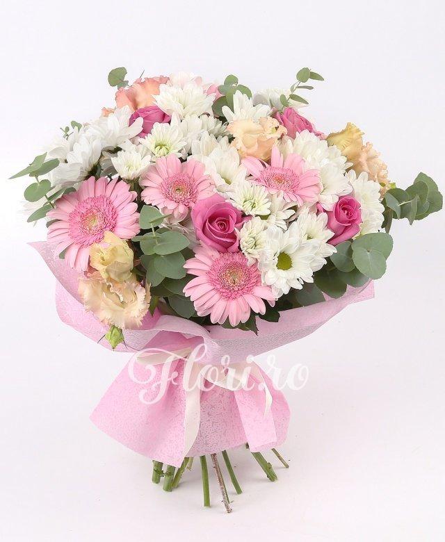 5 crizanteme albe, 5 trandafiri roz, 6 gerbera roz, 3 lisianthus roz, verdeață