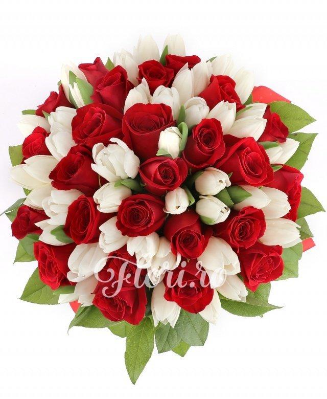 45 lalele albe, 26 trandafiri roșii, verdeață