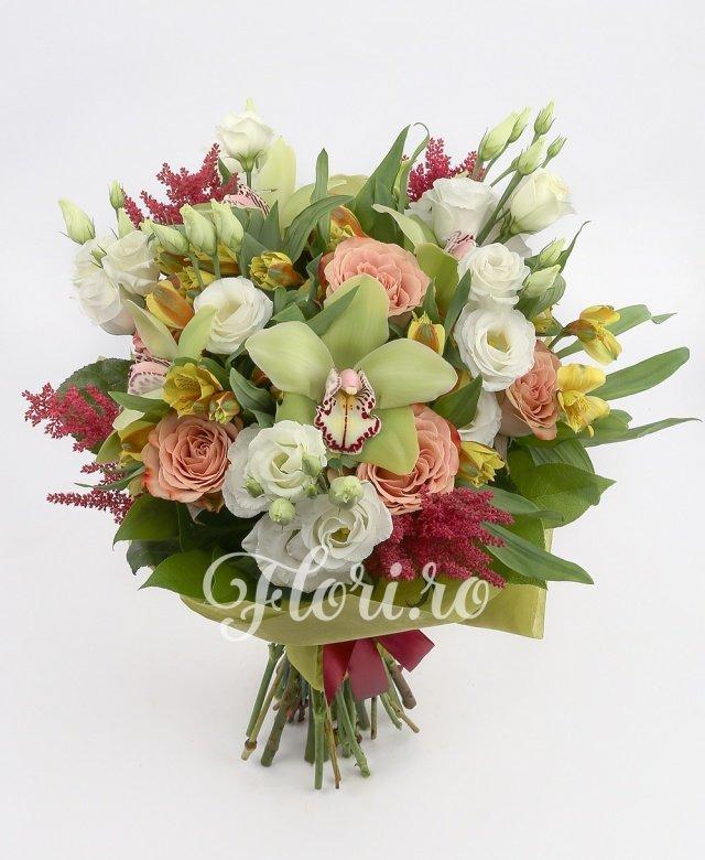lisianthus alb,  trandafiri,  alstroemeria galbenă,  orhidee cymbidium,  astilbe roșii, verdeață