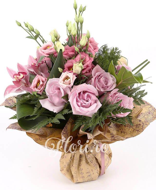 5 trandafiri roz, 3 miniroze crem, 3 lisianthus roz, 1 cymbidium roz, suport cuib, verdeață