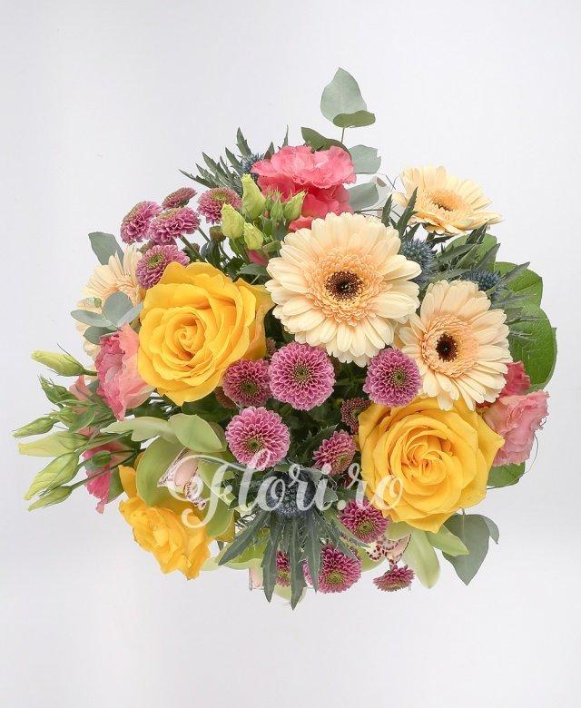 3 trandafiri galbeni, 3 santini mov, 3 gerbera crem, 3 lisianthus roz, 1 eryngium, 3 cupe orhidee verzi, verdeață