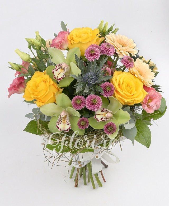 trandafiri galbeni,  santini mov,  gerbera crem,  lisianthus roz,  eryngium,  cupe orhidee verzi, verdeață