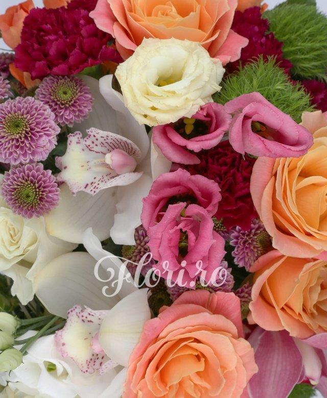 5 trandafiri miss piggy, 5 garoafe ciclam, 2 santini mov, 3 miniroze portocalii, 3 orhidee alba, 3 orhidee roz, 3 garoafe verzi, 2 trandafiri albi, 3 lisianthus alb, 2 lisianthus roz, 5 eucalypt, 2 aralia, cuib