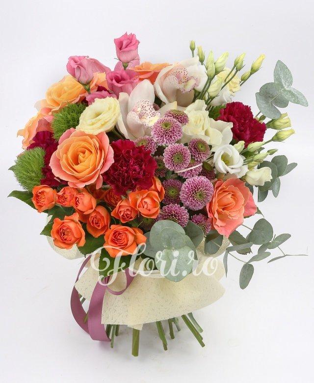 5 trandafiri, 5 garoafe ciclam, 2 santini mov, 3 miniroze portocalii, 3 orhidee alba, 3 orhidee roz, 3 garoafe verzi, 2 trandafiri albi, 3 lisianthus alb, 2 lisianthus roz, verdeață
