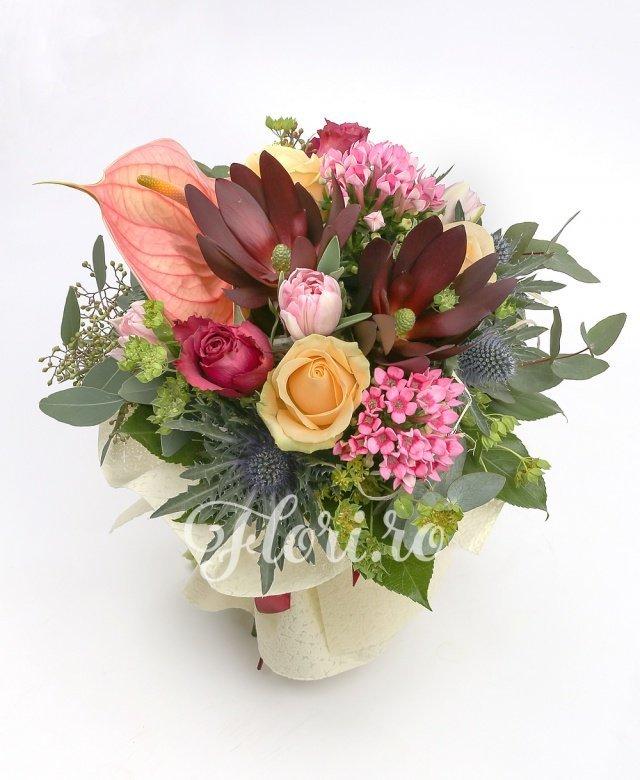 1 anthurium roz, 3 trandafiri portocalii, 2 trandafiri ciclam, 2 leucadendron, 5 lalele roz, 2 bouvardia roz, 1 eryngium, verdeață