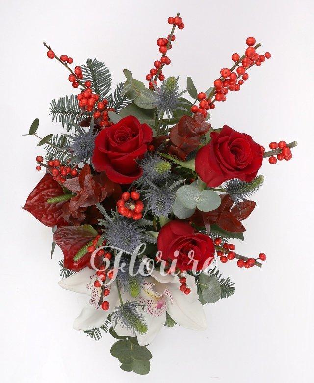 3 trandafiri roșii, 1 cymbidium alb, 2 anthurium roșii, eryngium, ilex,brad, verdeață, vas