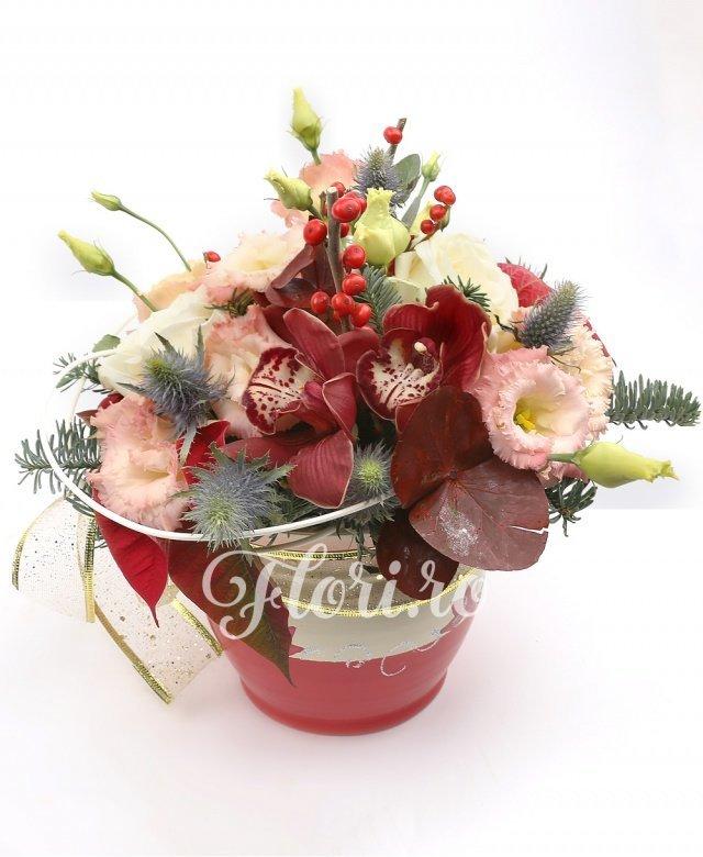 3 trandafiri albi, 1 cymbidium grena, 3 lisianthus roz, ilex, eryngium, poinsettia, brad, curly, vas